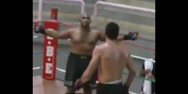 Il la ramène sur le ring et se retrouve KO - La DH