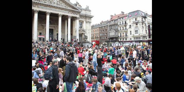 Une trentaine de personnes ont pique-niqué devant la Bourse de Bruxelles - La DH