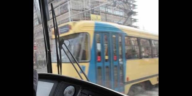 Collision entre un minibus scolaire et un tram à Ixelles - La DH