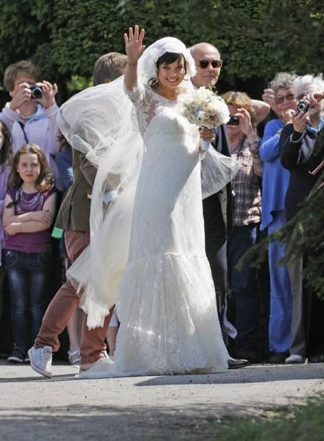 Tout le monde attendait Lily Allen en Chanel mais c'est la créatrice Delphine Marivet qu'elle a choisi pour sa robe twenties.