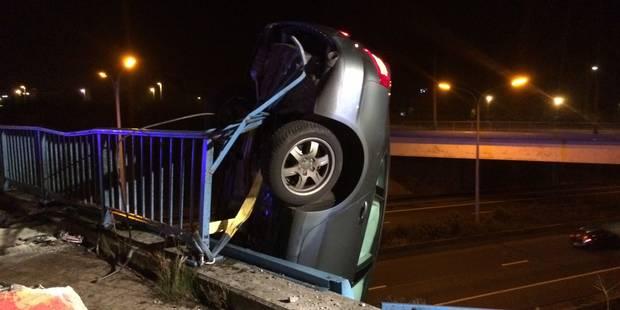 Gosselies: une voiture suspendue au-dessus de l'autoroute A54 (VIDEO) - La DH