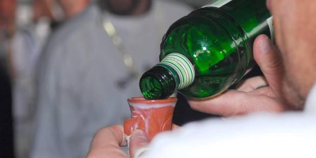 Il frappe sa mère avec une bouteille de peket et lui vole 22.500 euros - La DH