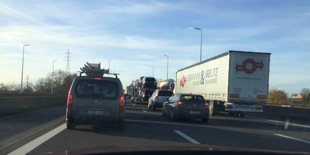 La E40 complètement fermée vers Liège: une personne grièvement blessée - La DH