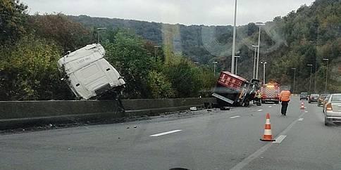 Spectaculaire accident d'un camion sur l'E 25 à Tilff - La DH