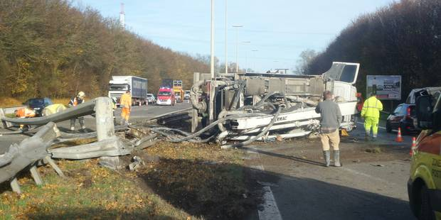 Un camion verse sur le flanc et arrache un poteau qui s'effondre sur l'A54 - La DH