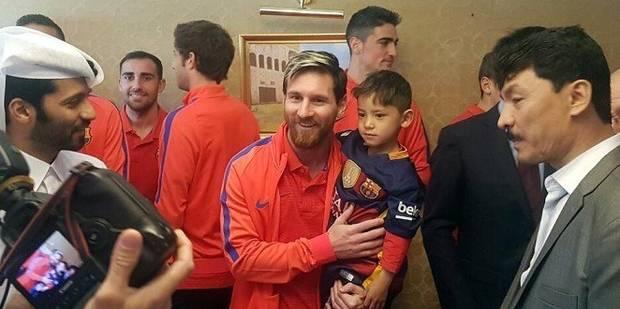 """Le petit """"Messi afghan"""" au maillot en sac plastique a rencontré son idole (VIDEO) - La DH"""