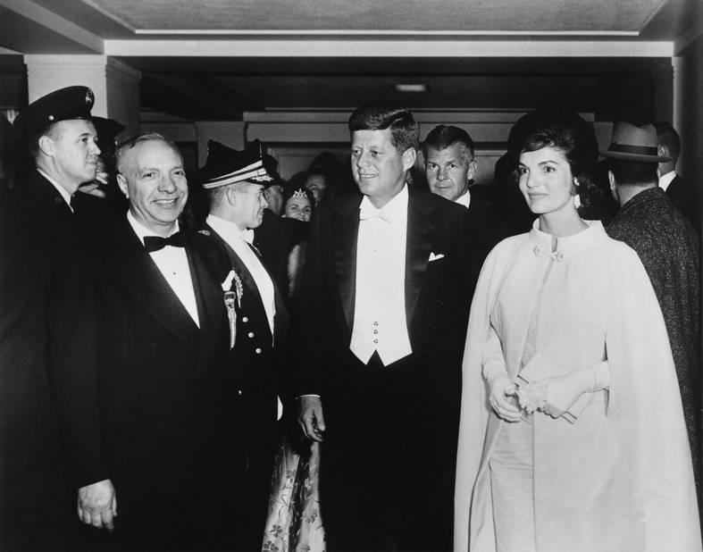 Le 20 janvier 1961, Jacqueline Kennedy portait une robe et cape blanches griffée Ethan Frankau.
