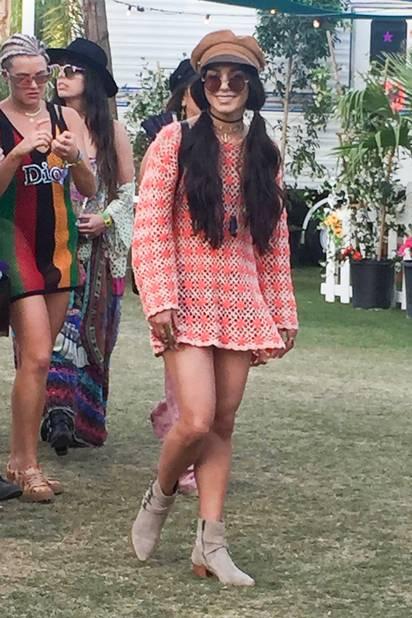 Vanessa Hudgens en total look hippie.