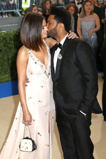La photo qui fait mouche : The Wknd, au bras de Bella Hadid l'an passé s'est affiché très amoureux avec Selena Gomez.