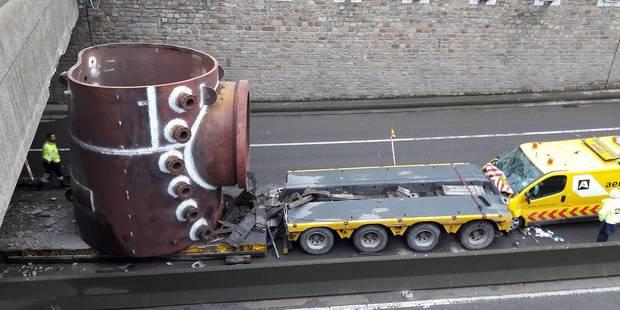 Spectaculaire accident à Flémalle : un convoi exceptionnel percute un pont (PHOTOS + VIDEO) - La DH