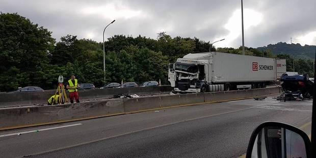 Herstal: la cabine du camion prend feu après la collision - La DH
