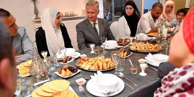 """Le roi Philippe """"rompt le jeûne"""" dans une famille musulmane de Gand (PHOTOS) - La DH"""