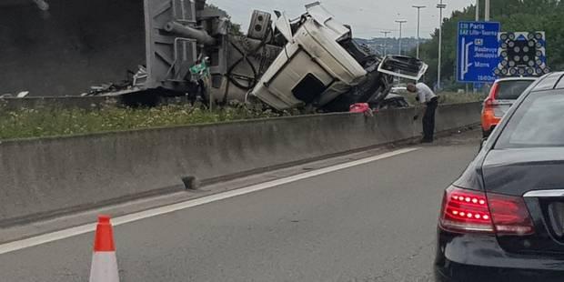Grave accident entre un camion et une voiture, c'est le chaos sur l'E19 - La DH