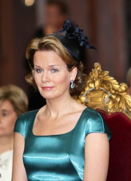 2011. Une tenue étonnante pour Mathilde qui nous a peu habitués à des tenues près du corps. Ce bleu-vert est aussi une surprise. Lors du Te Deum en l'église de Leuven.