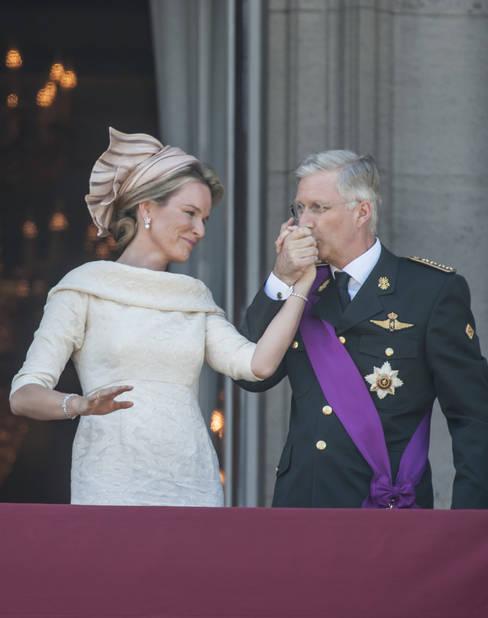 2013. Une année qui comptera à jamais dans l'histoire de Philippe et Mathilde. C'est l'année de l'investiture : le couple devient Roi et Reine des Belges. Mathilde porte un ensemble Natan et un chapeau Fabienne Delvigne.