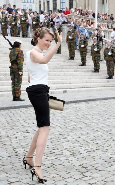 2010. On ne change pas un duo gagnant : la princesse Mathilde en jupe et top noir et blanc salue avant de rentrer dans la cathédrale Sts-Michel-et-Gudule pour le Te Deum.