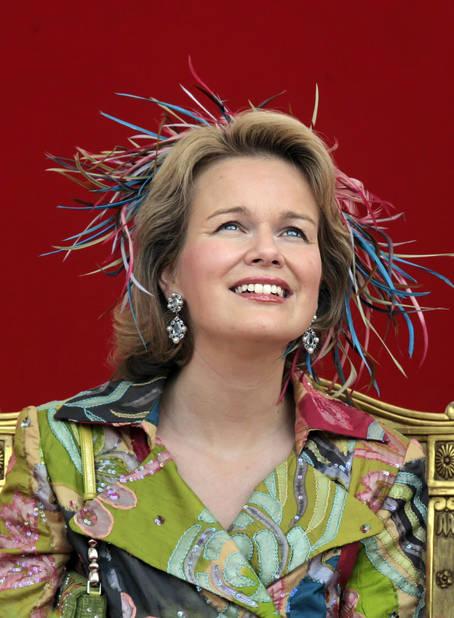 2007. Mathilde porte une tenue à l'imprimé peps et un chapeau assorti lors de la parade militaire.
