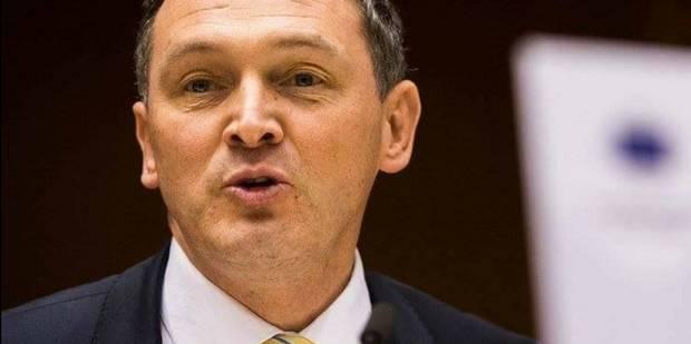 """Un sénateur N-VA appose l'acronyme """"VL"""" sur sa plaque d'immatriculation, mais refuse de payer l'amende - La DH"""