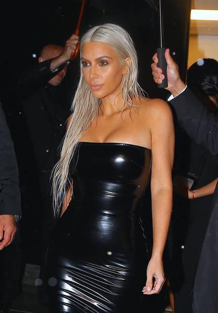 Kim Kardashian, venue en poiupée blonde vêtue de latex.