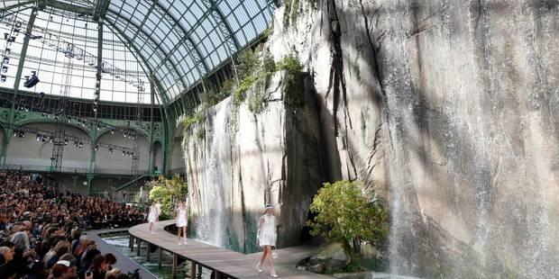 Fashion Week: Chanel chante sous la pluie et superpose ses basiques - La DH
