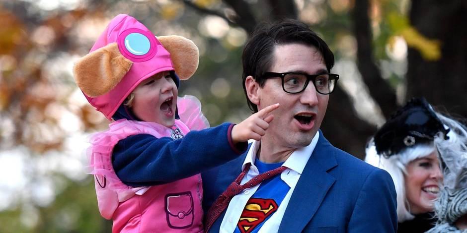 Justin Trudeau se transforme en Superman sous l'oeil des journalistes