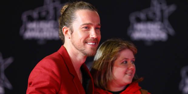 Julien Doré monte les marches des NRJ Music Awards avec une fan (VIDEO) - La DH