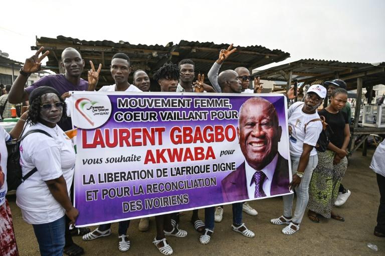 Des sympathisants de l'ex-président ivoirien Laurent Gbagbo attendent son retour à Abidjan, le 17 juin 2021
