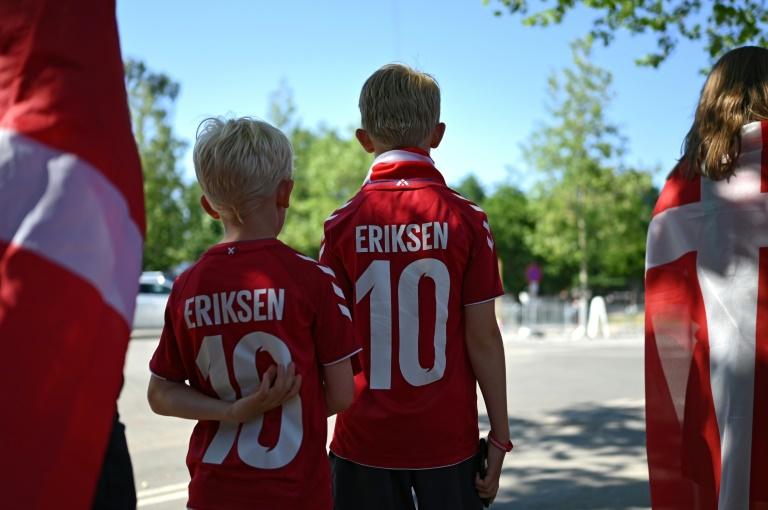 Deux jeunes supporters du Danemark avec un maillot au nom de Christian Eriksen, avant le match de l'Euro contre la Belgique le 17 juin 2021 à Copenhague