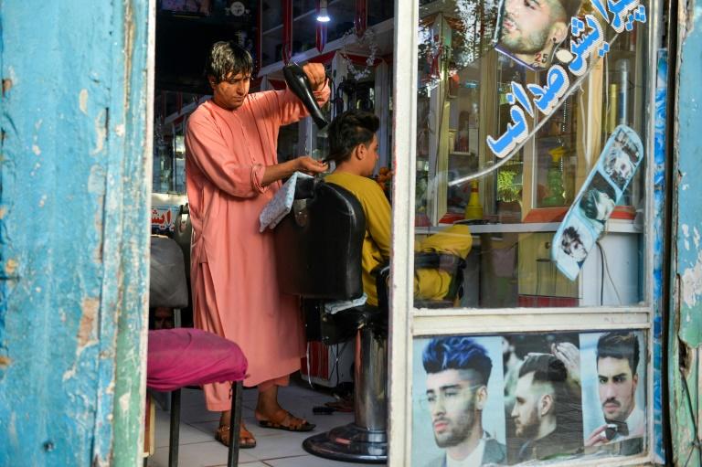 Nader Shah dans son salon de coiffure, à Hérat en Afghanistan le 19 septembre 2021