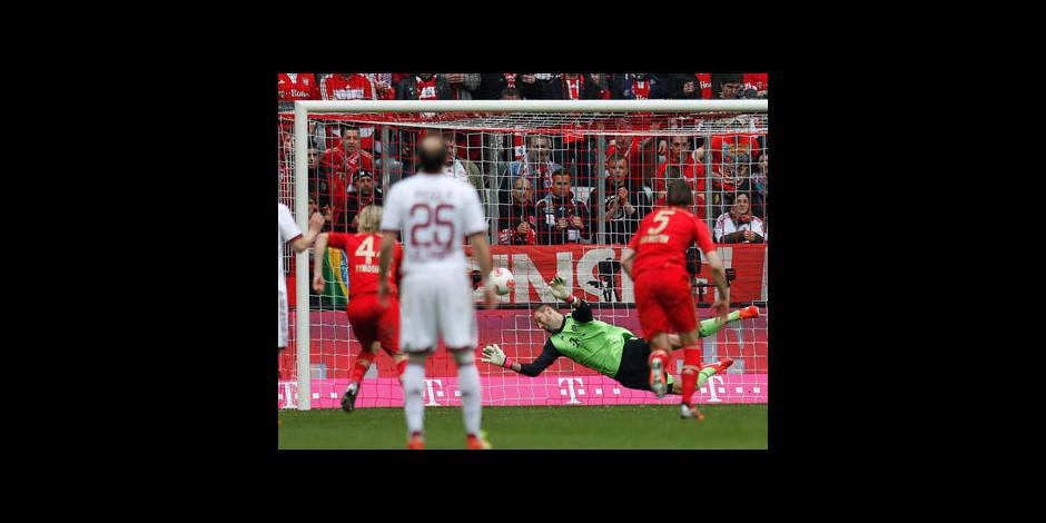 Le gardien du Bayern arrête un pénalty de Simons de la tête