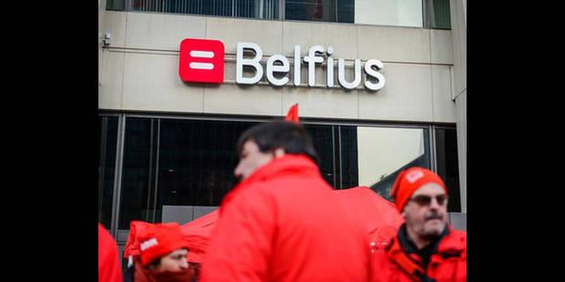 Les syndicats bloquent le siège de Belfius - La DH