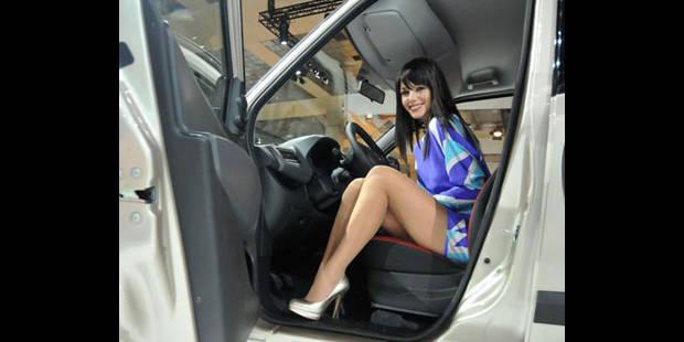 Des pervers se masturbent devant les hôtesses du Salon de l'Auto