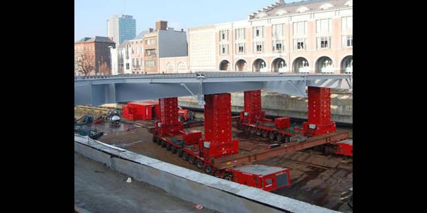 Le pont du métro est installé - La DH