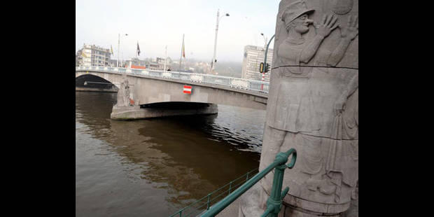 Une p�niche � heurt� le pont des Arches