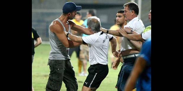 Dusan Bajevic, l'entraîneur de l'AEK, rossé par ses propres supporters