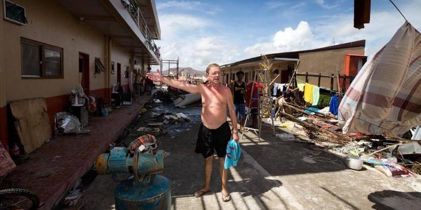 bezoek aan zwaarst getroffen stad door orkaan Yolanda - Tacloban
