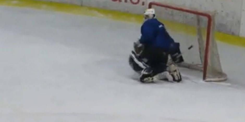 Un gardien de hockey complètement bourré pendant un match