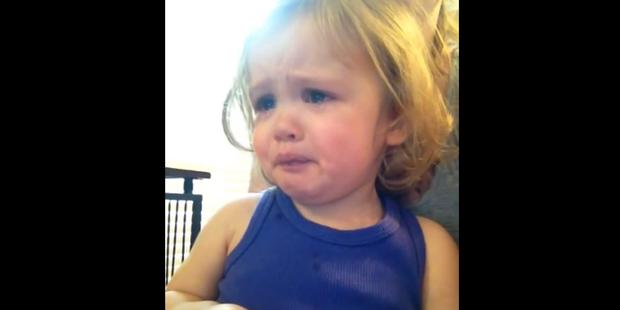 Elle pleure en entendant la chanson de mariage de ses parents - La DH