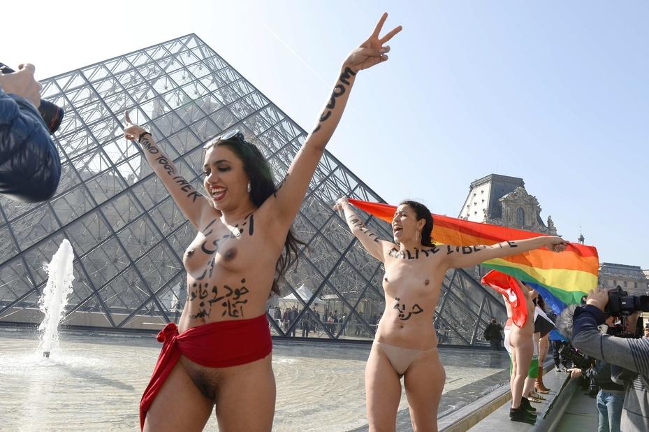 Des femmes manifestent nues au Louvre à Paris contre