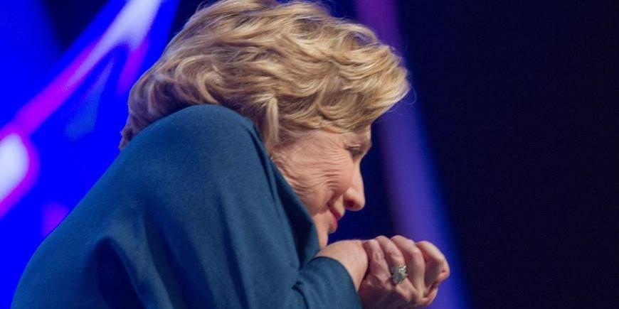 Une chaussure lancée sur Hillary Clinton durant une conférence