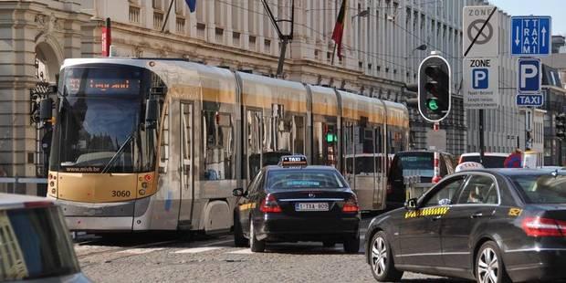 Jeune homme poignardé dans un tram bruxellois: une enquête judiciaire ouverte - La DH