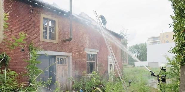 Une maison ravagée par les flammes - La DH
