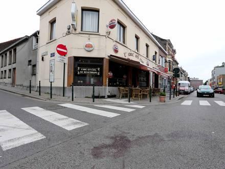Photos Bernard Demoulin: Un mort a Neder devant le cafe l'arc-en-ciel. Meurtre
