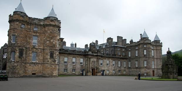 Reine cherche personne pour décoller des chewing-gums au palais de Holyrood - La DH