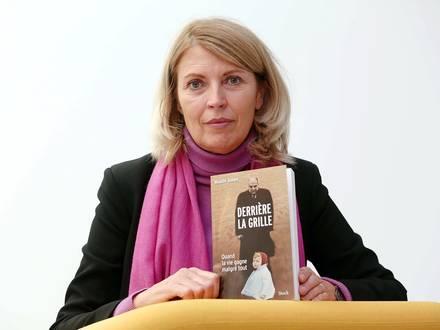"""Dans un livre-choc intitulé """"Derrière la grille"""", la Nordiste Maude Julien raconte comment son père l'a cloîtrée, lui infligeant des séances d'entraînement horrible pour qu'elle devienne """"supra-humaine"""". Thérapeute depuis 20 ans, elle aide aujourd'hui les victimes du phénomène d'emprise psychologique"""