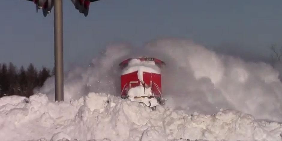 Quand un train chasse la neige d'une tempête à pleine vitesse