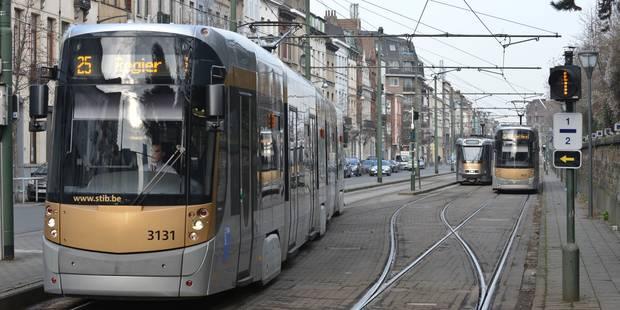 Il crache sur la conductrice du tram et lui reproche de ne pas être voilée - La DH