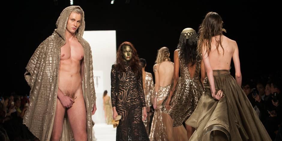 Homme nu et bijou bien placé sur le podium à New York