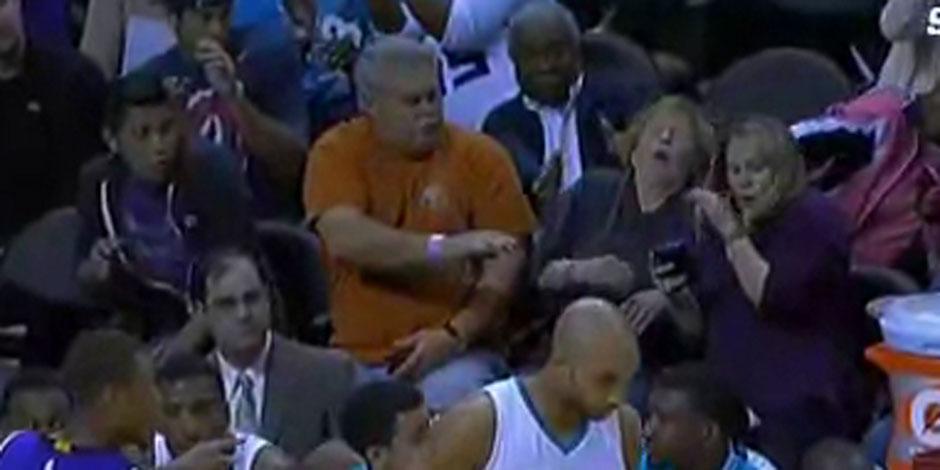 Concentrée sur son smartphone pendant un match de basket, sa tête vole en éclats