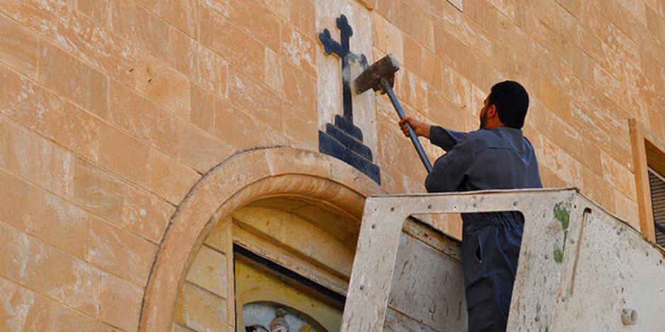 Irak: le groupe Etat islamique détruit des croix, des icônes et autres symboles chrétiens